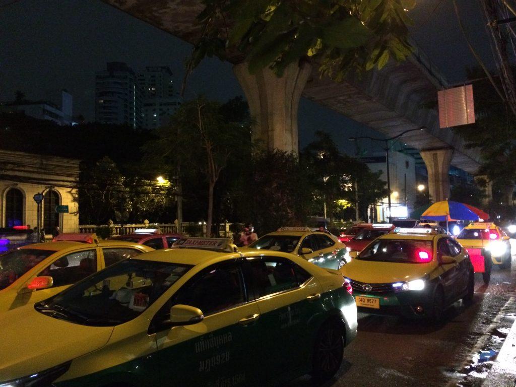 タクシーが多いバンコクのスクンビット通り