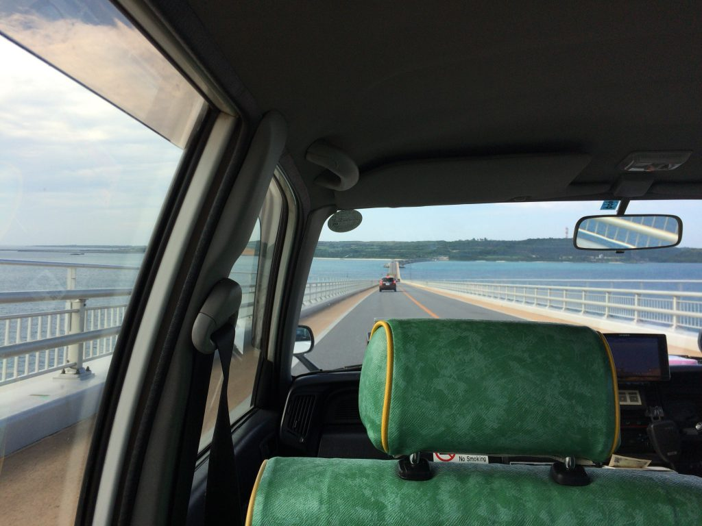 タクシーで伊良部大橋を渡る