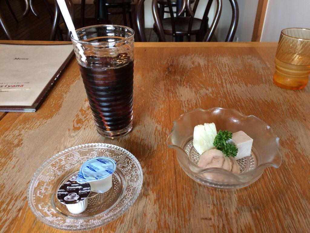 アシヤナのアイスコーヒーとオードブル