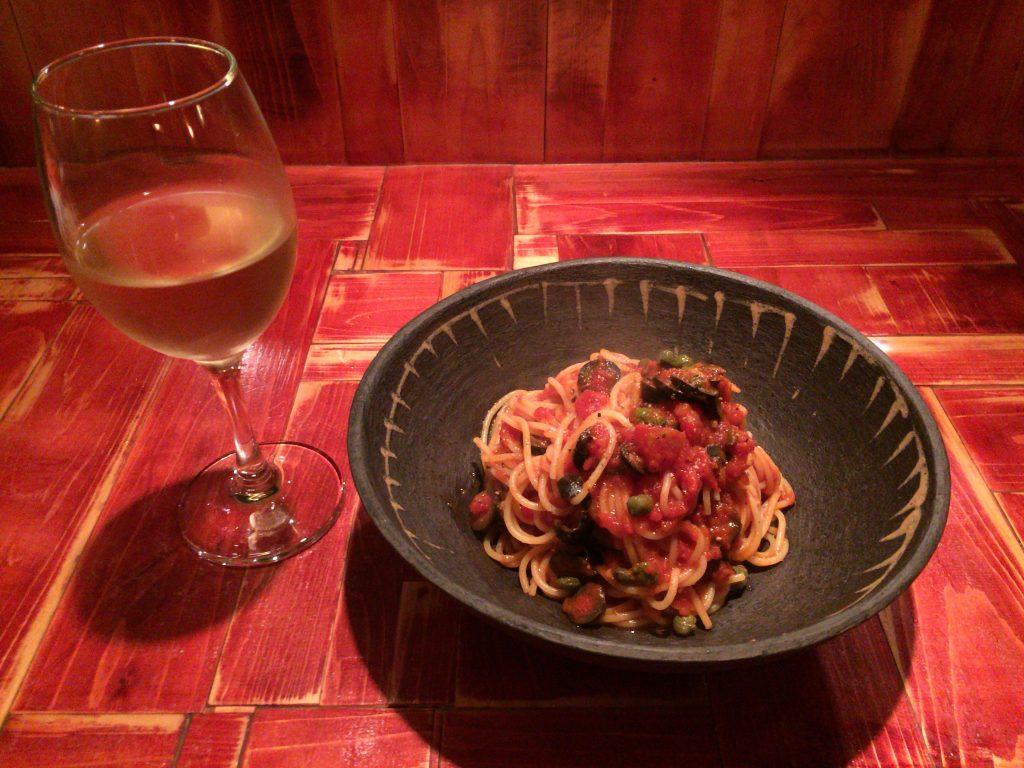プッタネスカのスパゲティと白ワイン