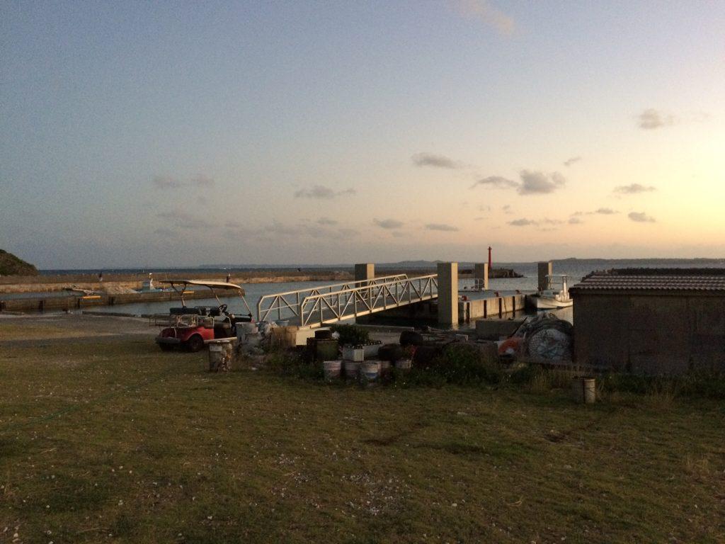 夕暮れ時の大神島の港