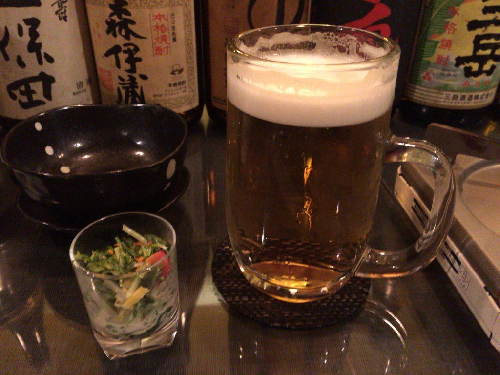 生ビールとお通しのサラダ