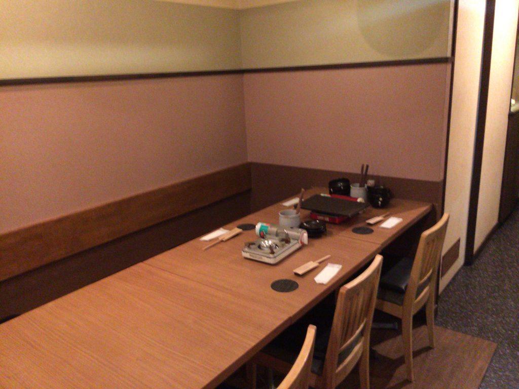 「博多もつ処 東屋」テーブル席