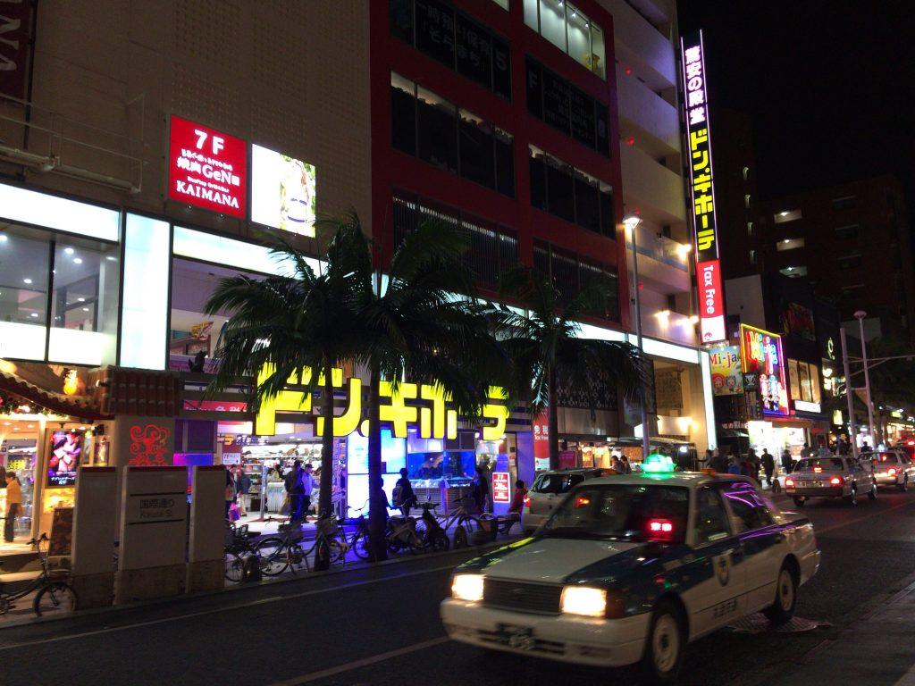 国際通り沿いには様々なお店が立ち並ぶ