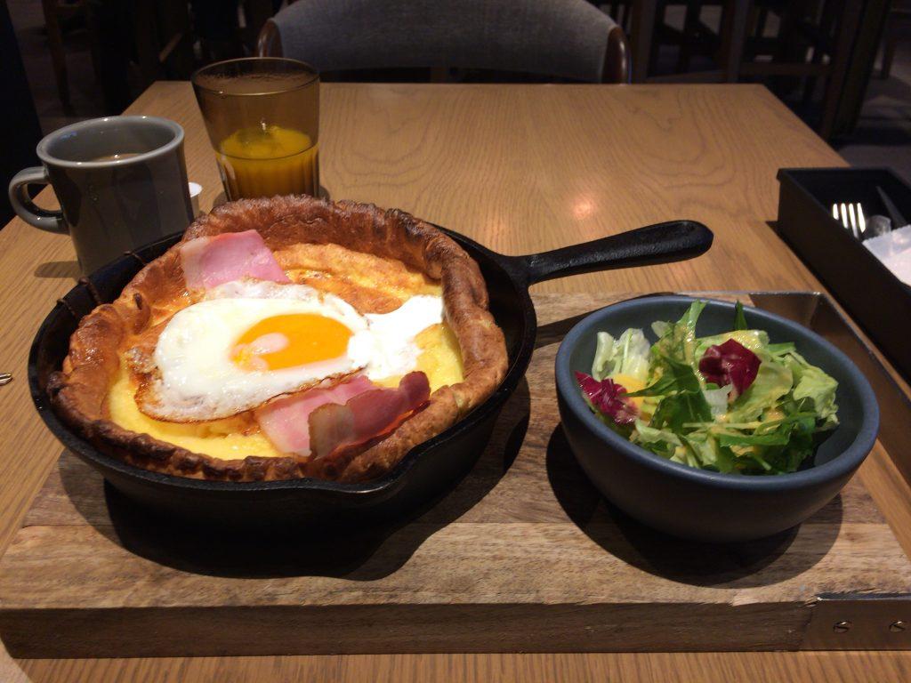 「エスティネートホテル」の朝食(ベーコンエッグパンケーキ)