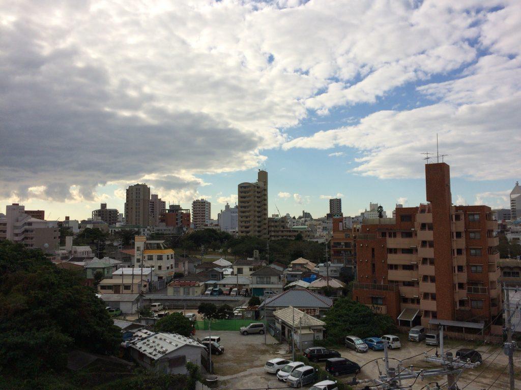 ゆいレールのプラットホームから見る那覇市街地の風景