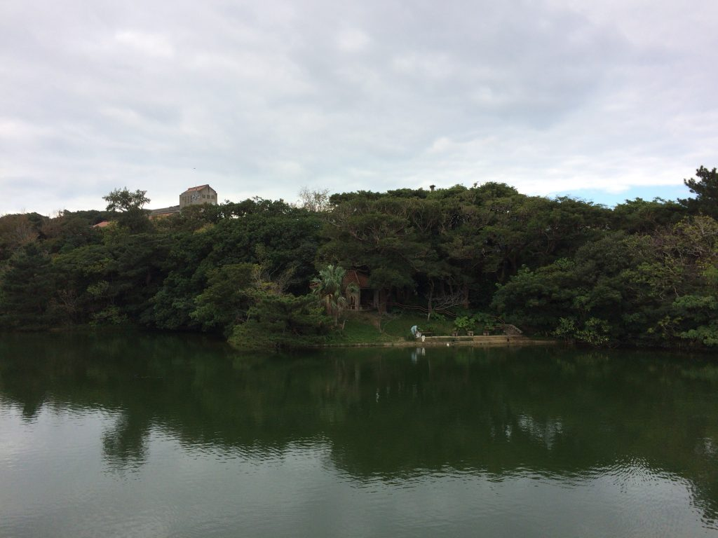 首里城公園内にある人工池の龍潭(りゅうたん)