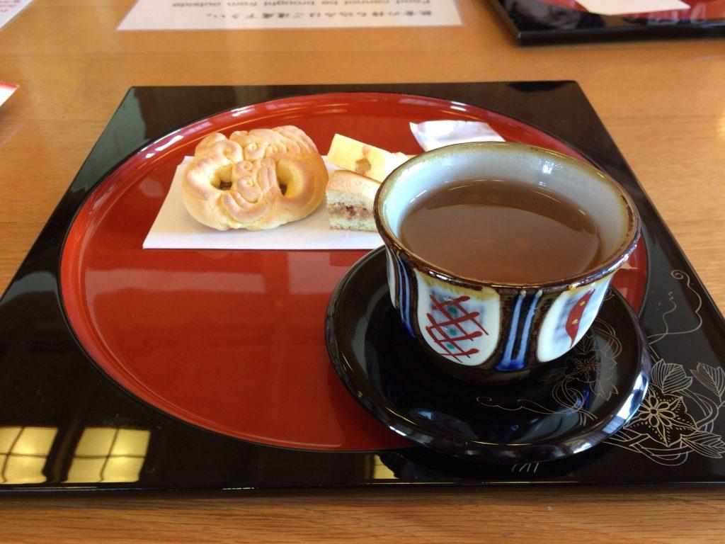 鎖之間の琉球菓子にさんぴん茶
