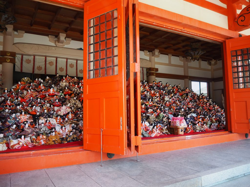 淡嶋神社本殿の雛人形