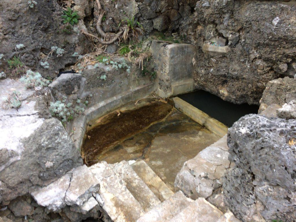 階段を降りた先には井戸がある