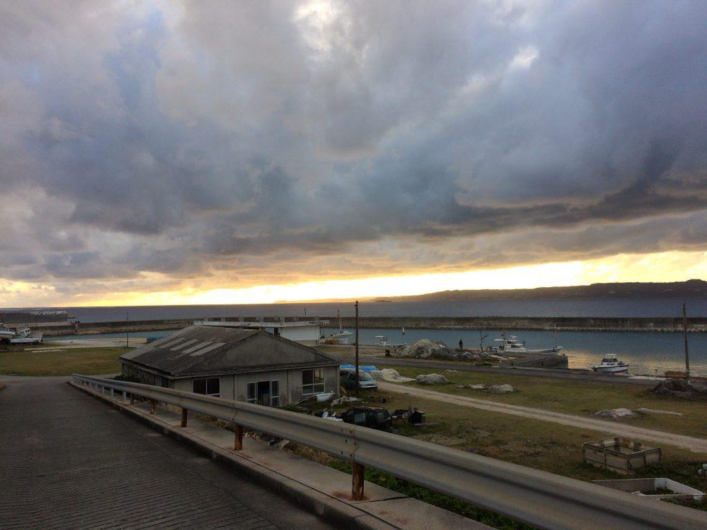 夕暮れ時の久高漁港