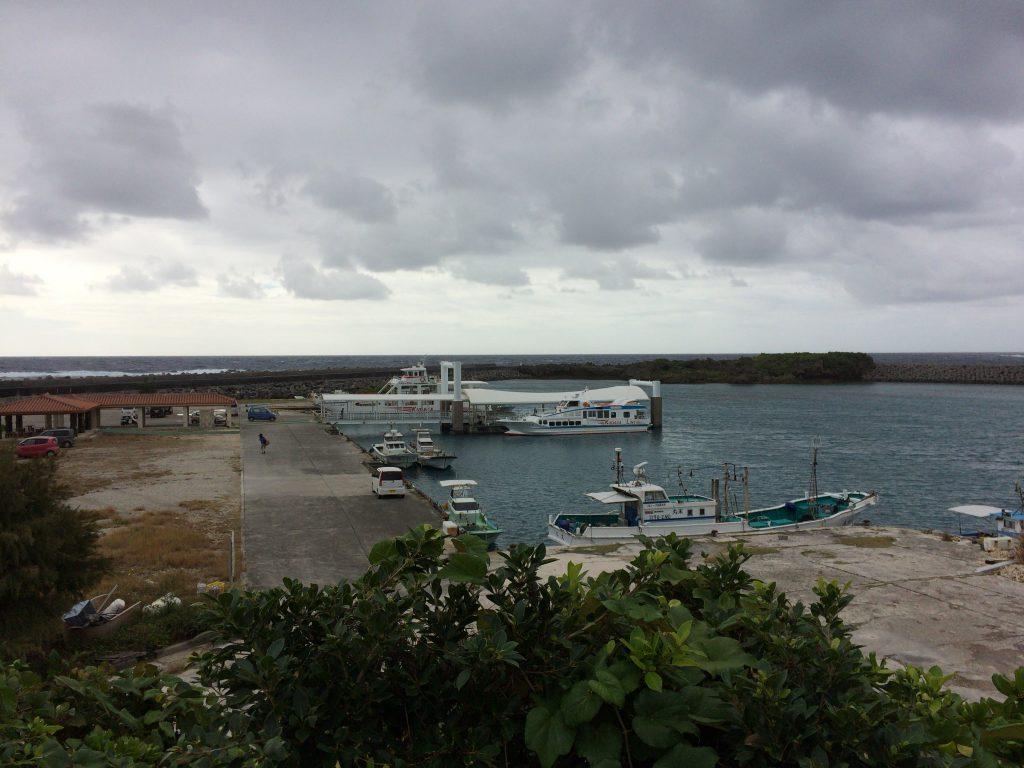 徳仁港から沖縄本島行きのフェリーに乗り込む