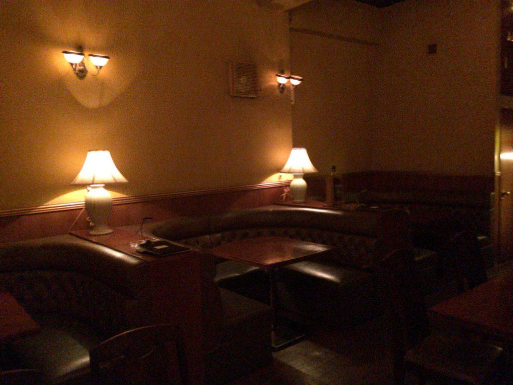 「バーゴールドダスト」テーブル席