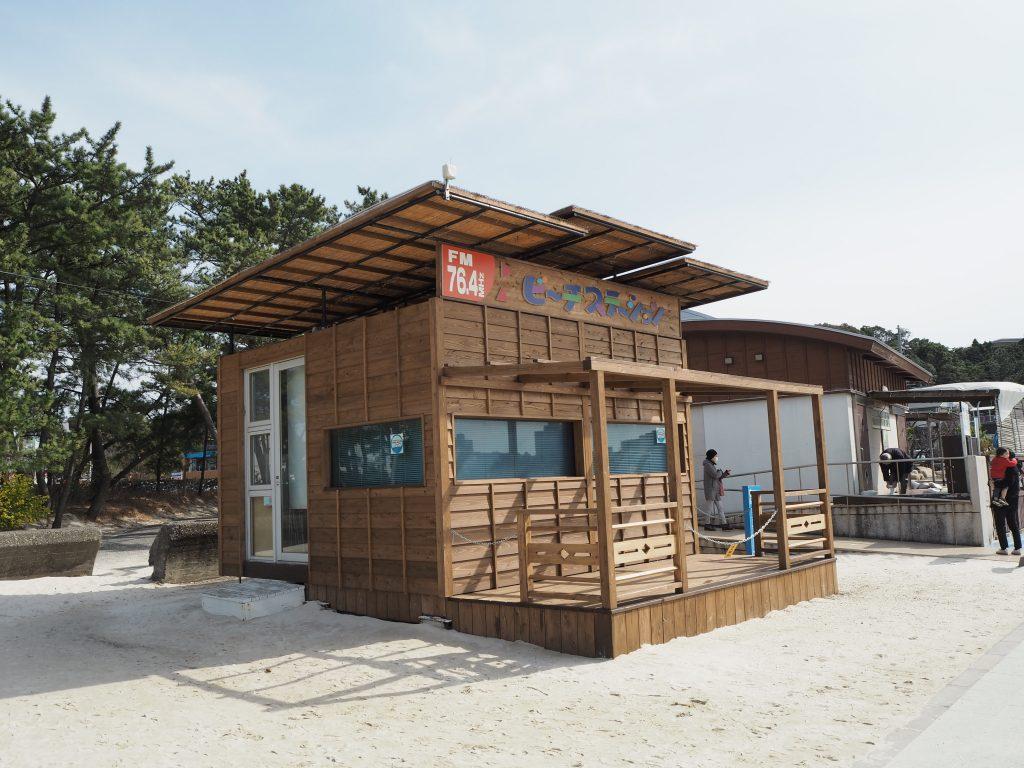 白良浜のビーチステーション(奥は足湯温泉)