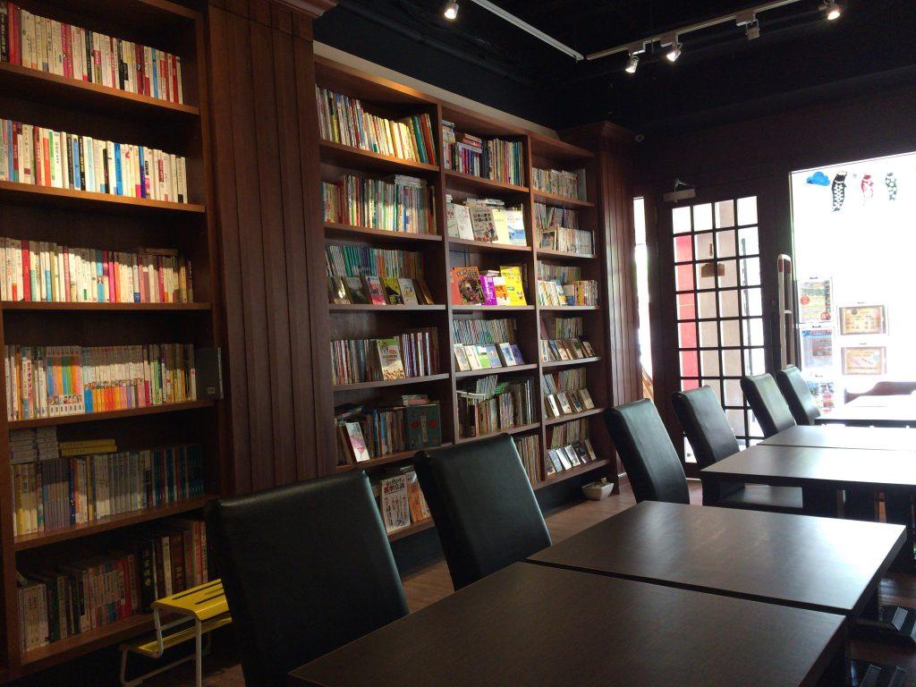 「季帆珈琲」の店内。中国語だけでなく日本語の本も豊富にある