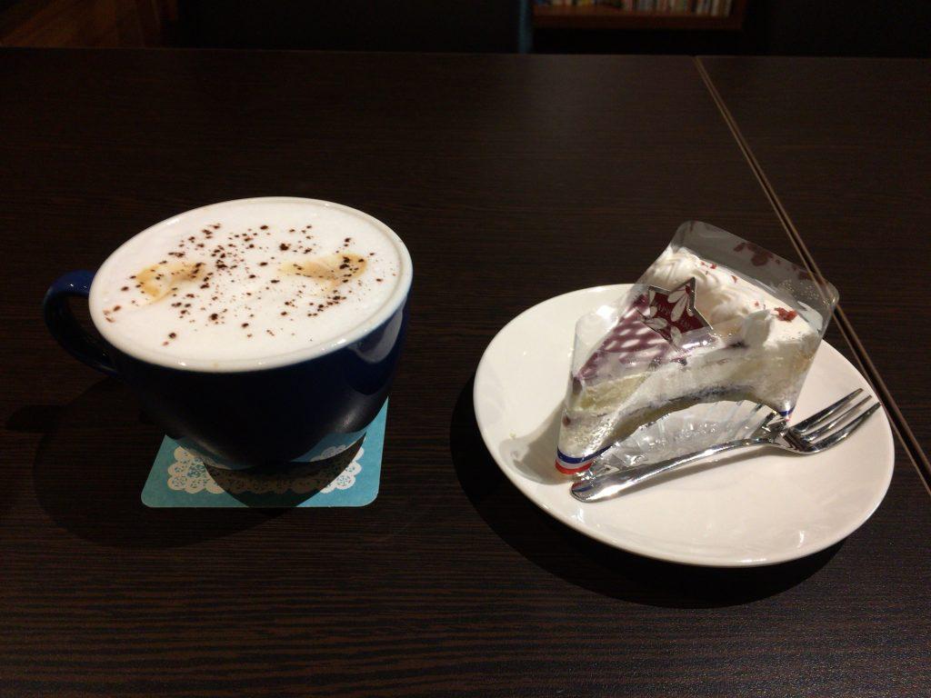 「季帆珈琲」のカプチーノとブルーベリーケーキ