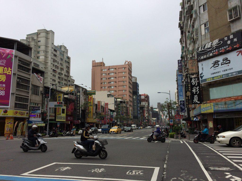 高雄の街並み。原付が多く走っており想像していたよりも東南アジアの香りがする