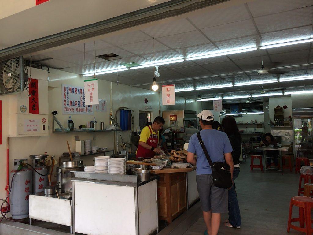「鴨肉珍」の店内。調理場では料理人がアヒルをぶった切っていた