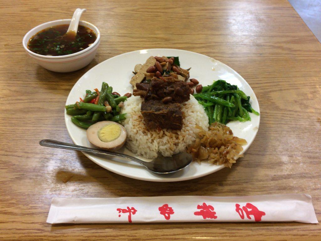 牛肉飯(110元)。おかずが多くてかなりのボリュームだ