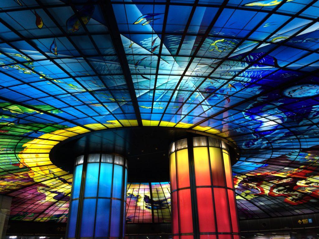 天井のステンドグラスが美しい