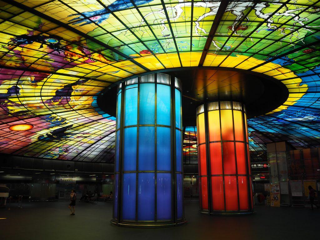 ステンドグラスが美しい美麗島駅
