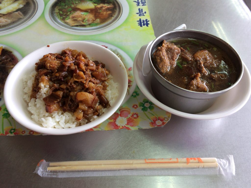 肉操飯(大45元)と排骨酥湯(50元)