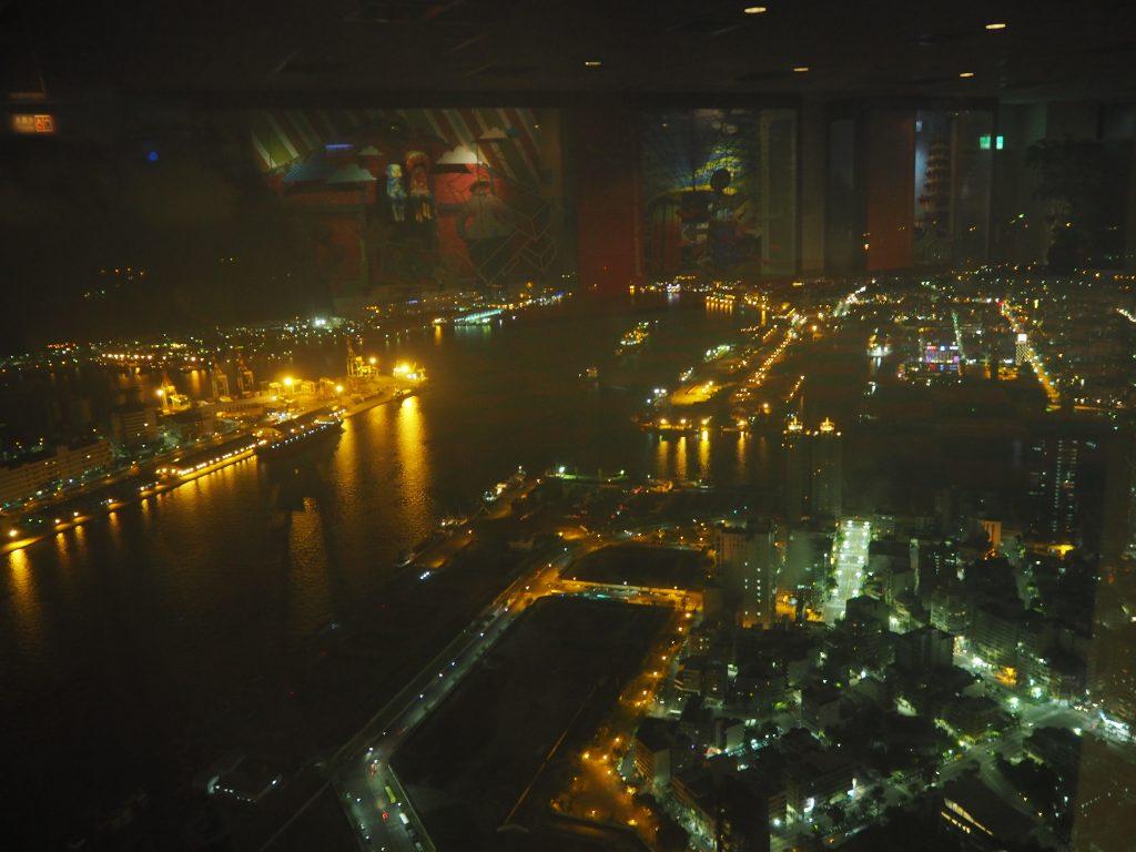 高雄85ビルの展望台から高雄港の夜景を望む