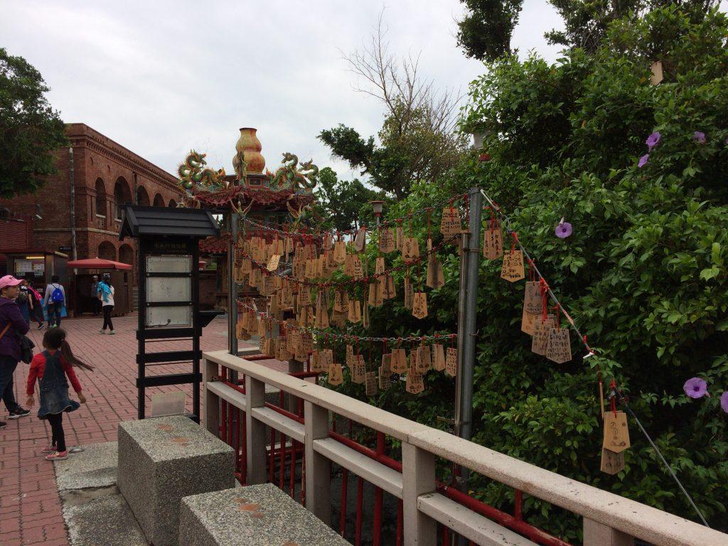 お寺の前には絵馬らしきものが飾られている