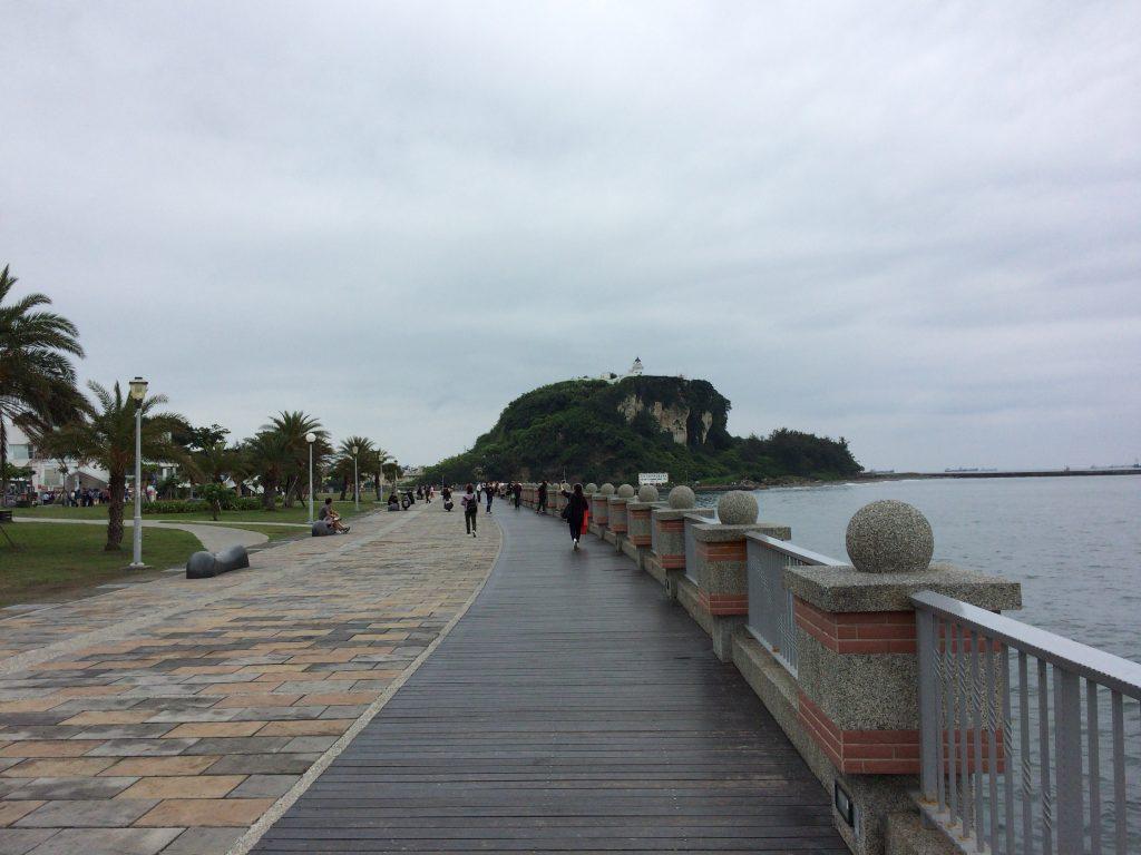 港沿いに遊歩道が伸びる