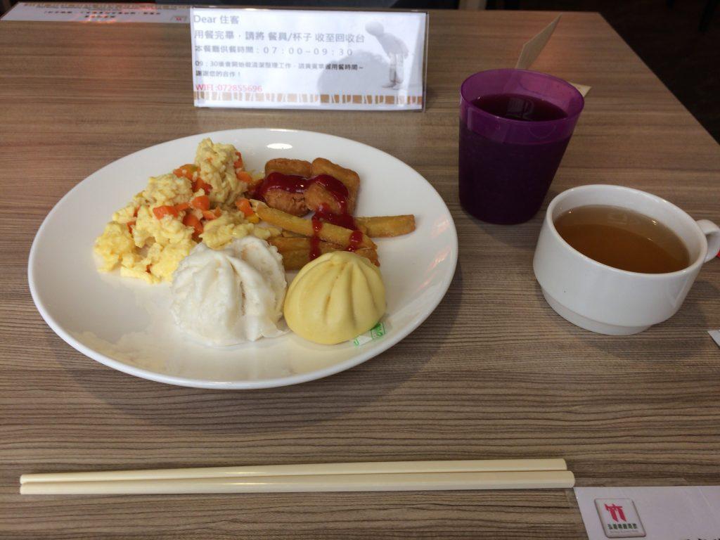 「バンブーホテル」での朝食。パンやコーヒーもある