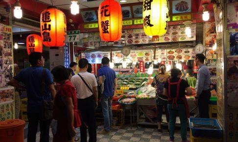 店頭には様々な海産物(シーフード)が並ぶ