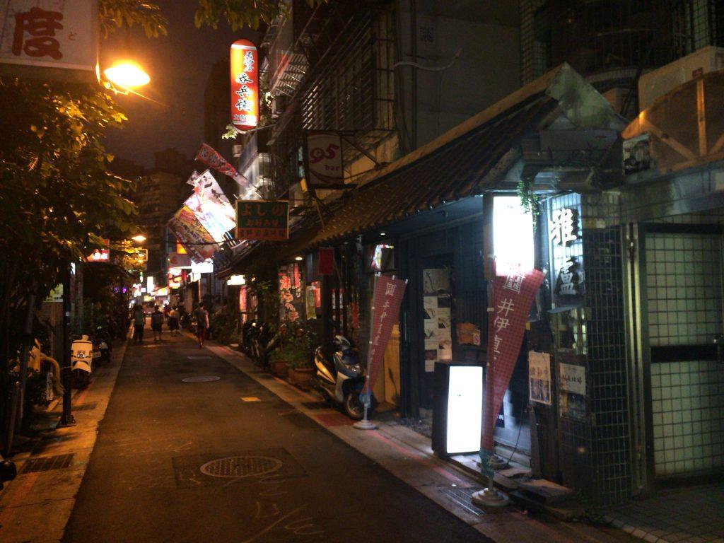 林森北路の飲み屋街。どことなく京都の木屋町を連想させる