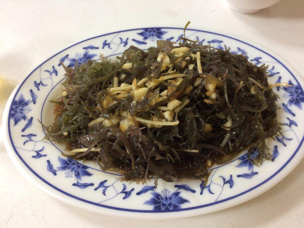 海藻の炒め物。かなりのボリュームだ