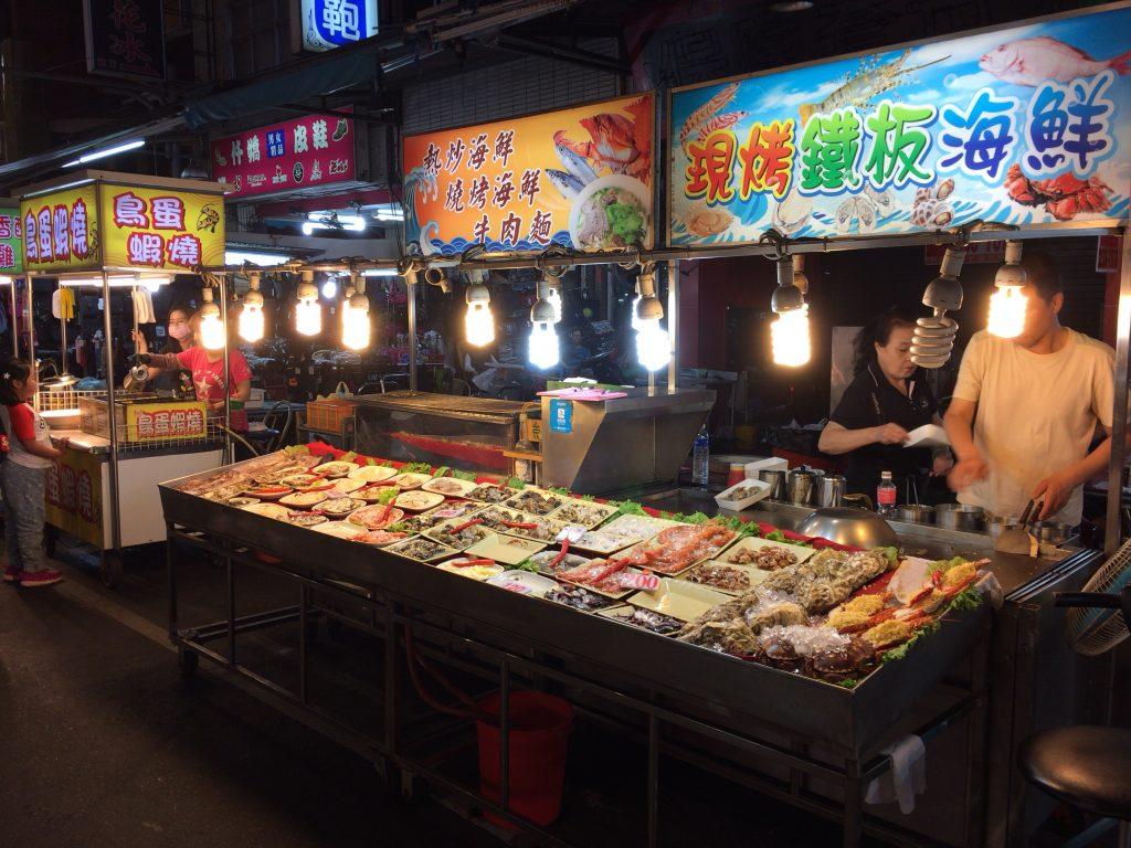 港町らしく海鮮料理の屋台が多い