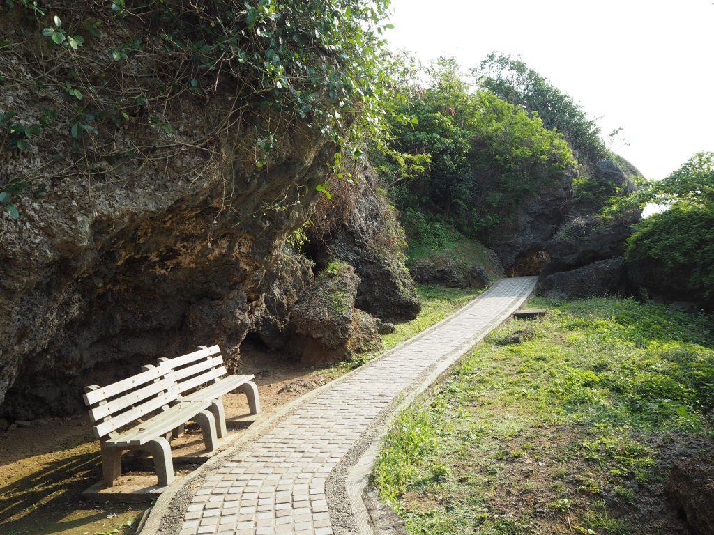 美人洞の遊歩道を歩く