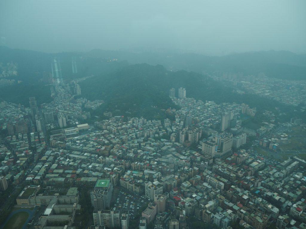 悪天候で見通しが良くない。それにしても台北は雨が多いな
