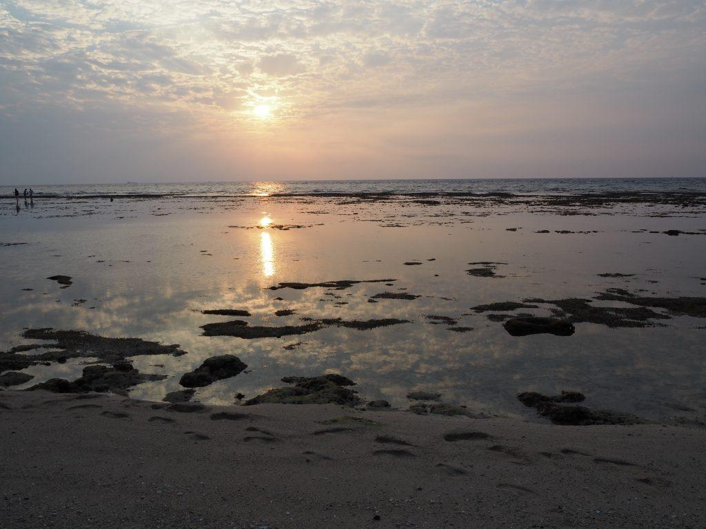 小琉球の砂浜から望むサンセット