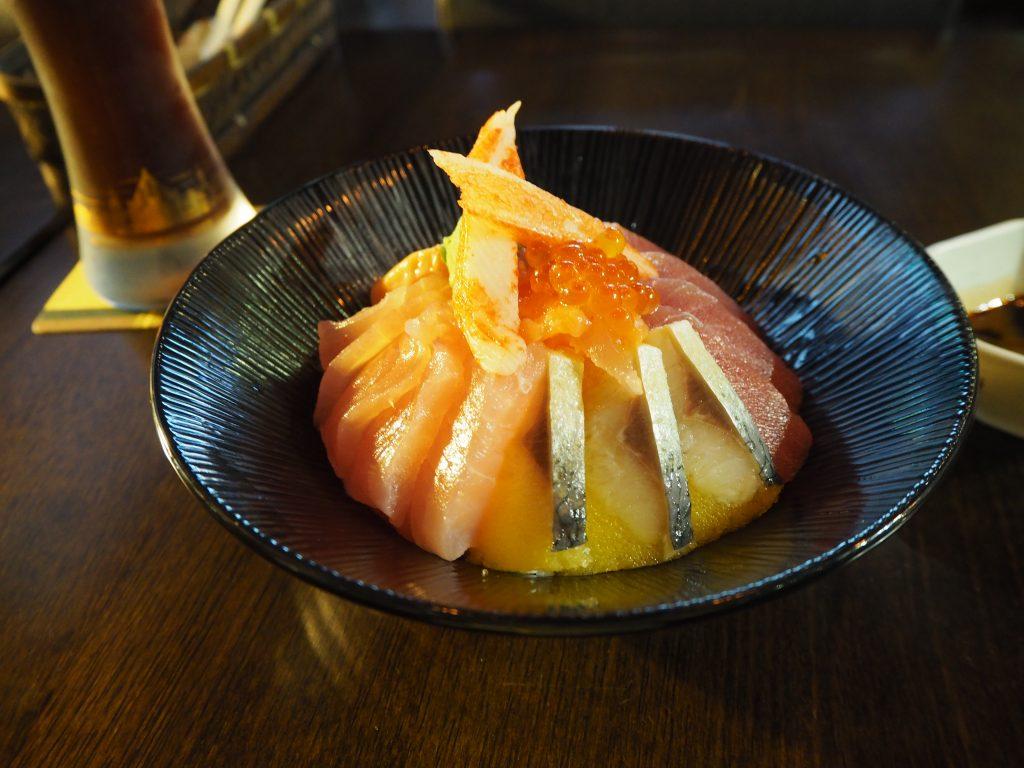 小琉球の海の幸を堪能できる海鮮丼。わさび醤油でいただく