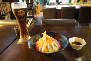 海鮮丼(380元)とエルディンガーの黒(220元)