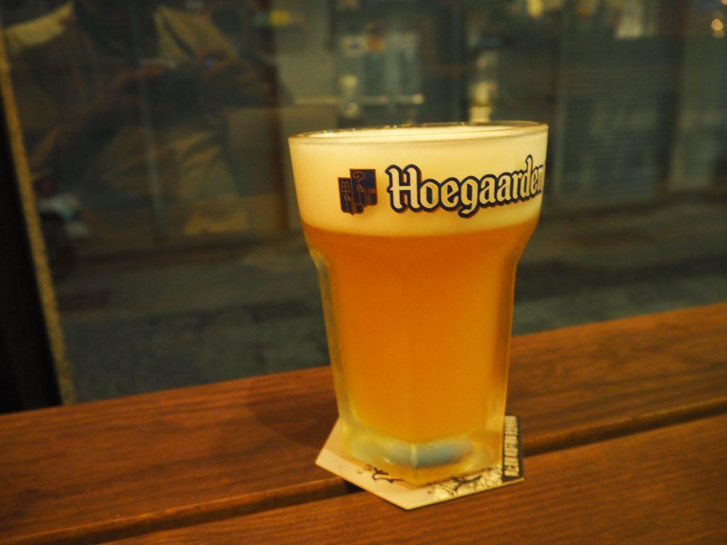 ヒューガルデンの生。グラスは両手でないと持つことができないほど大きい