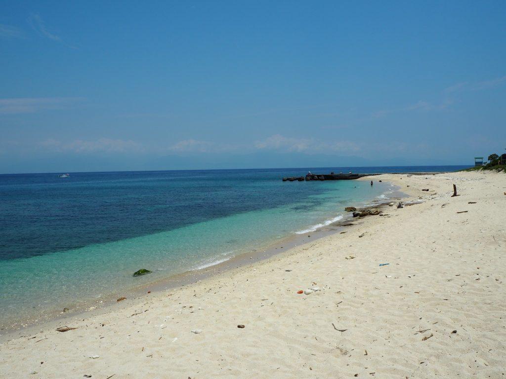 白沙漁港の南にあるビーチ。海の透明度が高くて綺麗だ