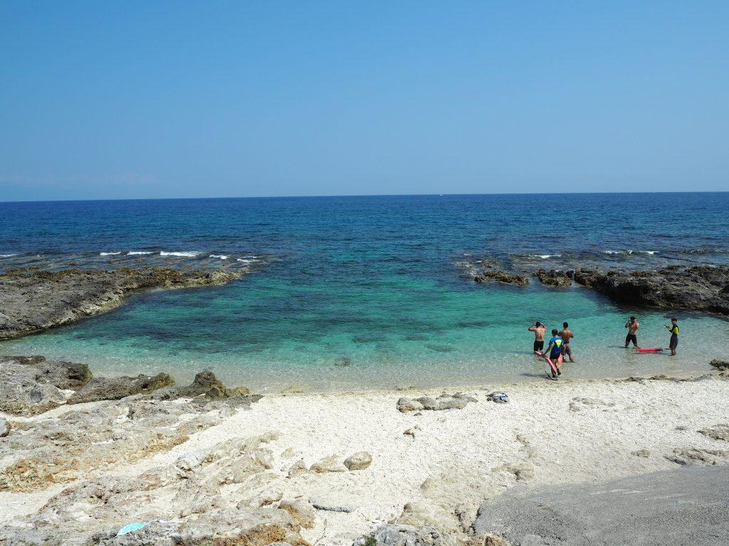 島の西側にあるビーチ。マリンスポーツを楽しんでいる人たちがいた