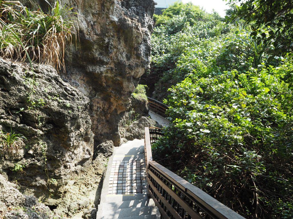 烏鬼洞の遊歩道。かなり長い道のりでアップダウンもあるので体力を消耗する