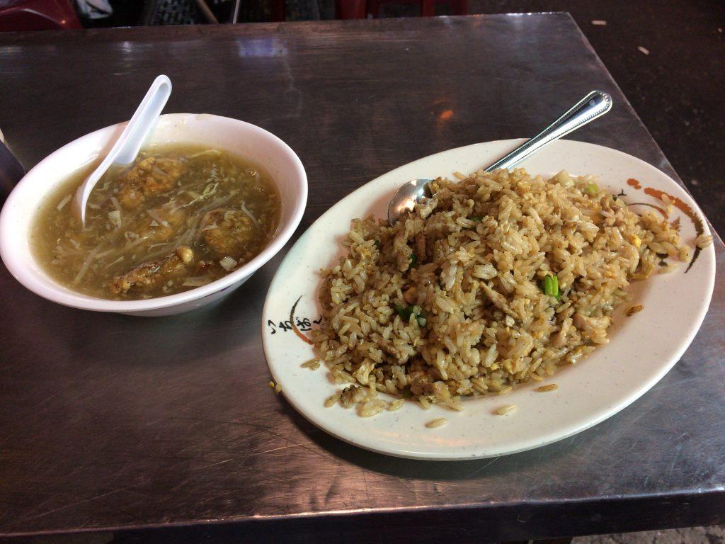 こちらができあがりのチャーハン。隣は魚肉団子のスープ