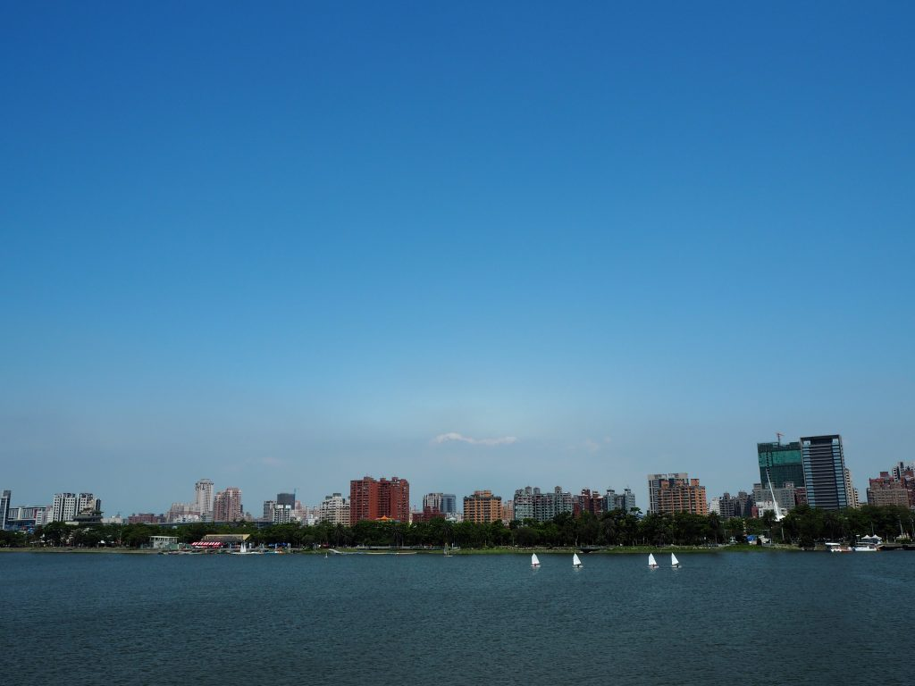 湖畔の遊歩道からの景色