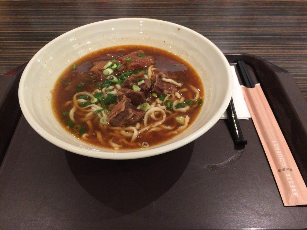 牛肉と牛すじが入ったピリ辛牛肉麺(椒香麻辣半筋半肉麵)