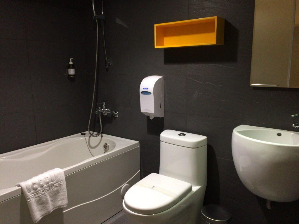 シャワー&トイレルーム。バスタブもある