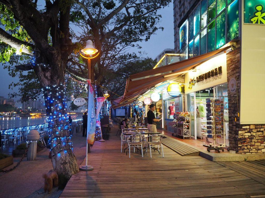 愛河中心部のカフェや売店が集まるエリア
