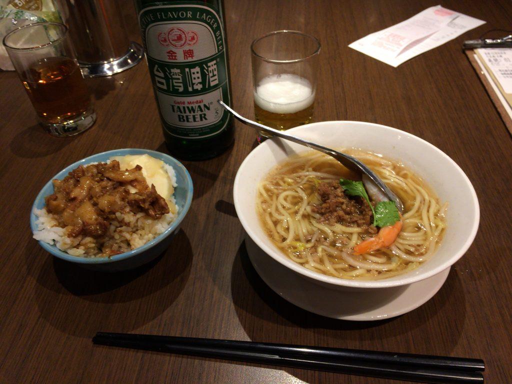 担仔麺(70元)、肉燥飯(50元)と台湾ビール(190元)。なぜかビールだけ高い