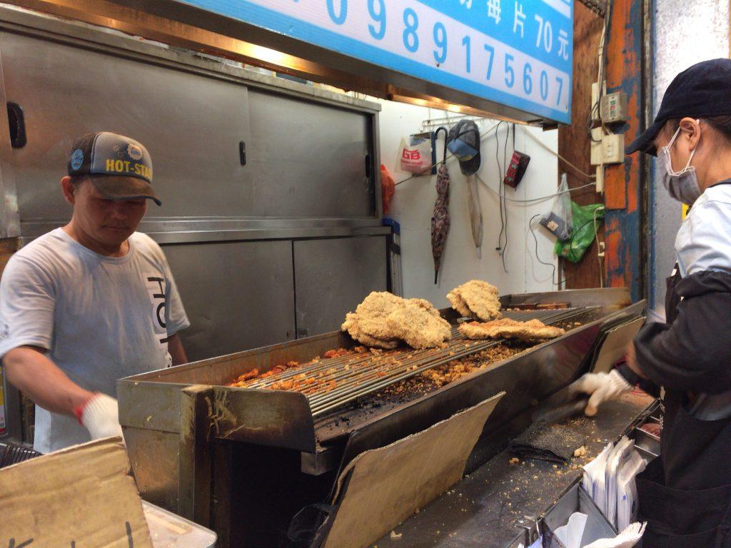 「豪大大雞排」の台湾式フライドチキン。かなりのサイズである